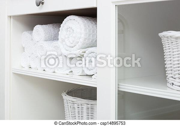 Toalla en un estante - csp14895753