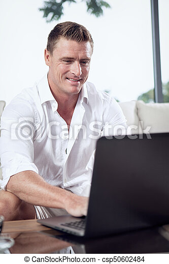 estate, seduta, casa, laptop, giovane, ambiente, ritratto, uomo - csp50602484