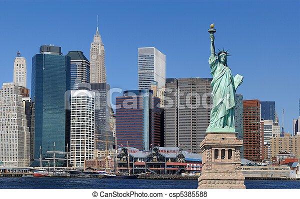 La estatua de la libertad y la ciudad de Nueva York - csp5385588