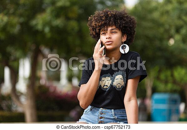esterno, mobile, giovane, telefono, donna americana, nero, africano, ritratto, parlante - csp67752173