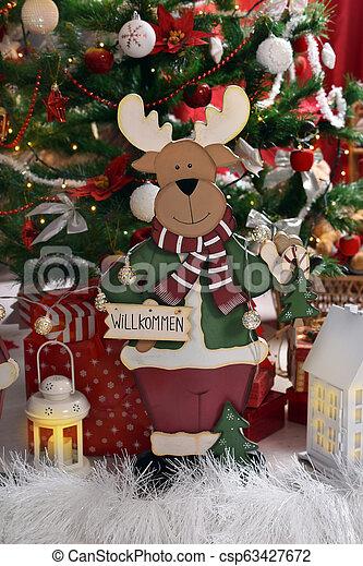 Una antigua decoración navideña con renos de madera - csp63427672