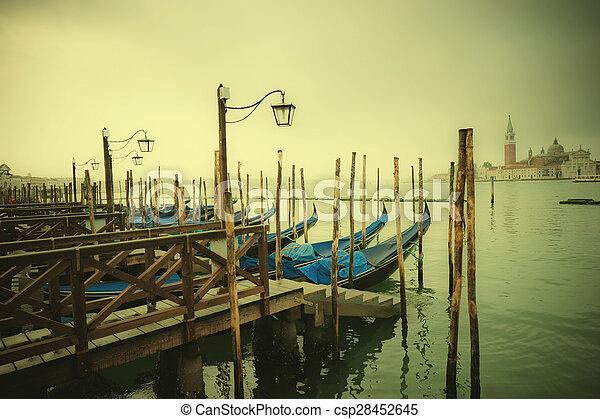 Imagen estilo retro de góndolas en el gran canal, Venecia, Italia - csp28452645
