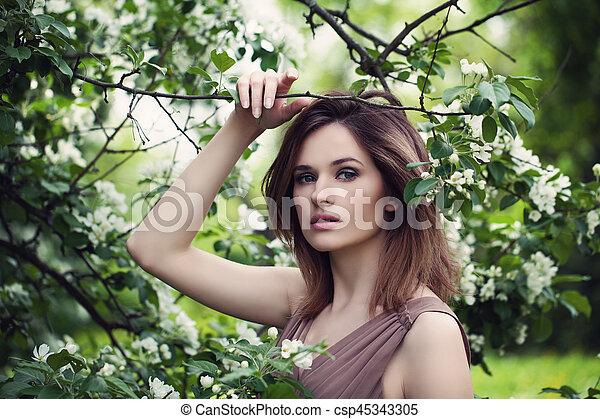estilo, mujer, primavera, moda, retrato, modelo, flores - csp45343305