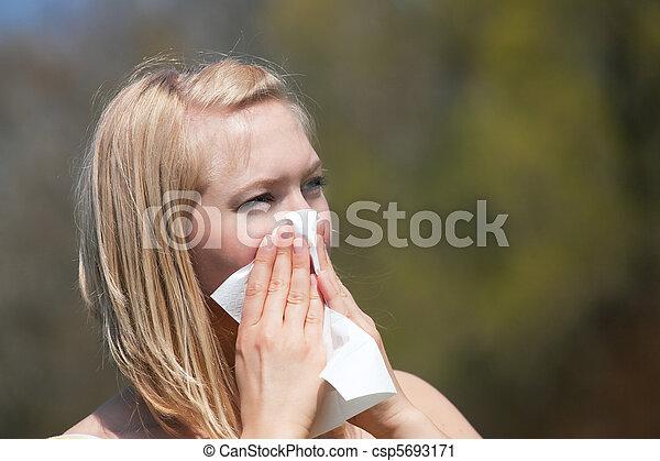 Mujer con aleación estornudando - csp5693171