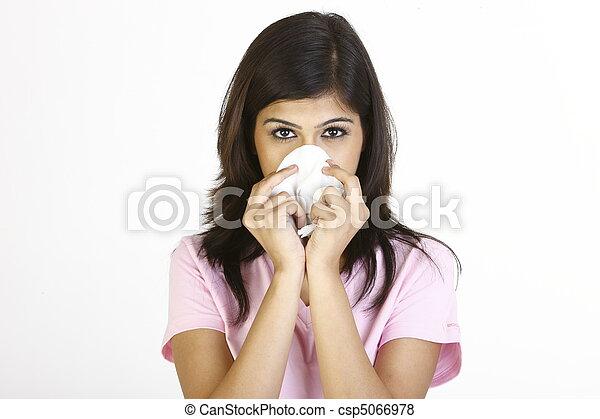Chica estornudando en papel de tejido - csp5066978