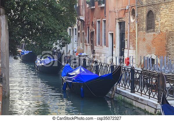 Gondolas venecianas en canal estrecho - csp35072327