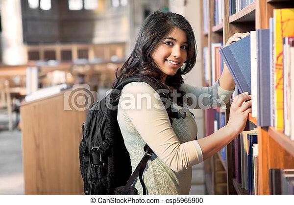 Estudiante asiático en la biblioteca - csp5965900