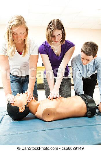 Estudiantes adolescentes practicando RCP - csp6829149