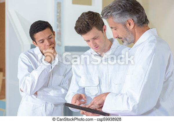 Profesor con estudiantes en clase de arte - csp59938928