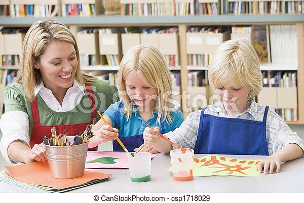 Dos estudiantes en clase de arte con maestro - csp1718029