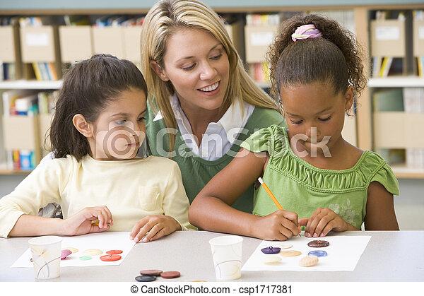 Dos estudiantes en clase de arte con maestro - csp1717381