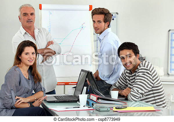 Profesor con estudiantes en clase - csp8773949