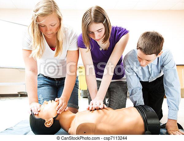 Estudiantes practicando respiración artificial - csp7113244
