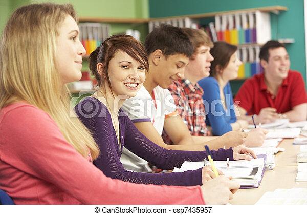 Estudiantes adolescentes estudiando en clase - csp7435957