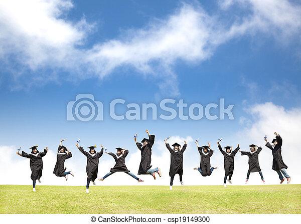 Los estudiantes universitarios celebran la graduación y el feliz salto - csp19149300
