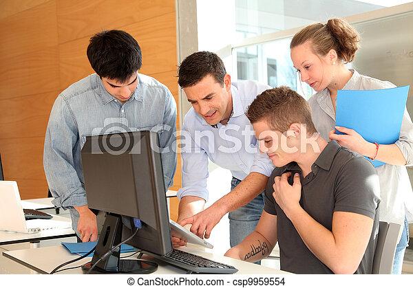 Profesor con un grupo de estudiantes en clase - csp9959554