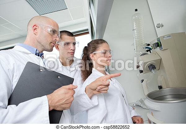 Profesor de ciencia enseñando a los estudiantes - csp58822652