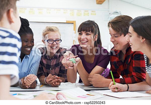 Estudiantes adolescentes con maestro en biología - csp52250243