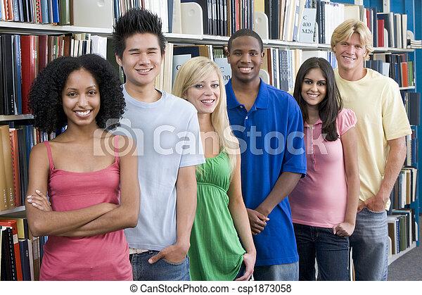 Un grupo de estudiantes universitarios en la biblioteca - csp1873058
