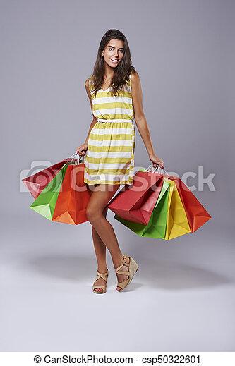 Mujer después de comprar en el estudio - csp50322601