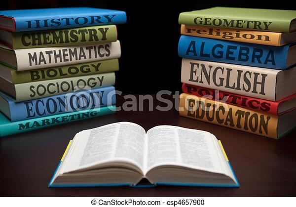 Estudiar educación libros y manzanas - csp4657900