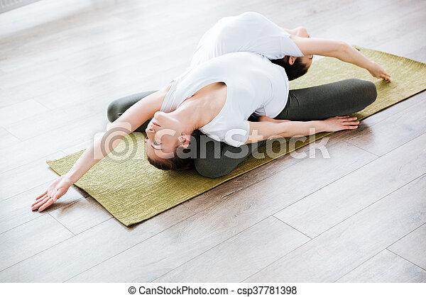 estudio, practicar, yoga, dos mujeres - csp37781398