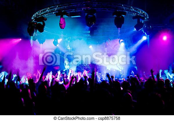 Gente bailando en el concierto, chicas anónimas en el escenario - csp8875758