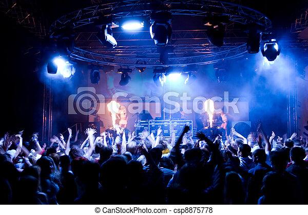 Gente bailando en el concierto, chicas anónimas en el escenario - csp8875778