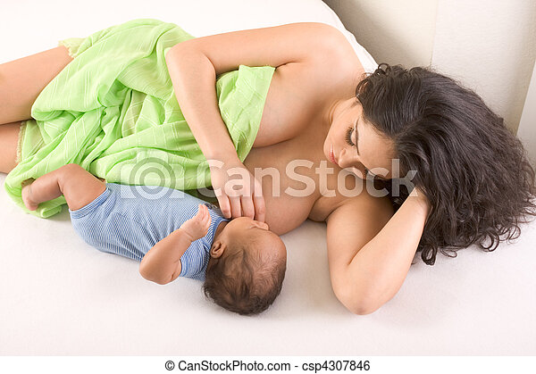 WOMAN NUDE BREASTFEED LATINA