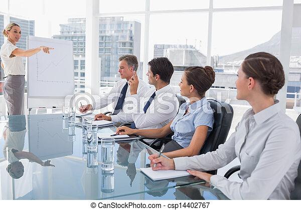 Geschäftsfrau zeigt auf einen Kollegen, der etwas fragt - csp14402767