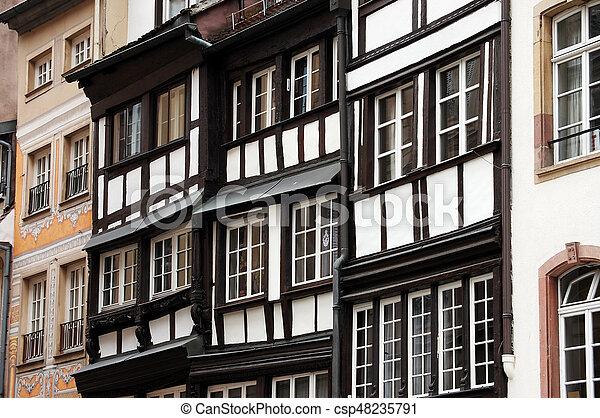 Las fachadas de edificios antiguos en Europa - csp48235791