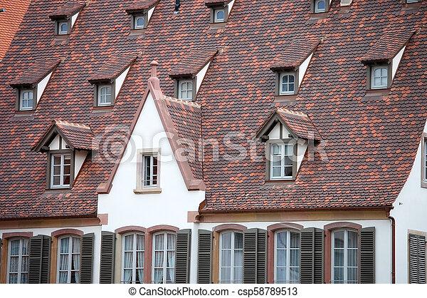 Las fachadas de edificios antiguos en Europa - csp58789513