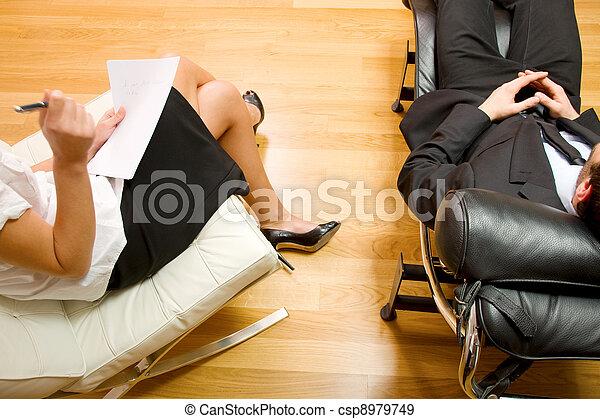 Psiquiatra examinando a un paciente masculino - csp8979749