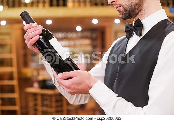 énorme inventaire divers design magasiner pour les plus récents examiner, gros plan, gilet, choisir, jeune, arc, confiant, bouteille,  cravate, vin., homme, mieux, vin