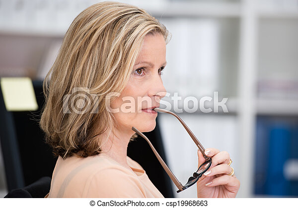 executiva, pensativo, middle-aged, atraente - csp19968663