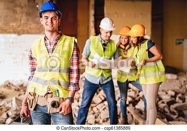 Un joven electricista exitoso - csp61385889