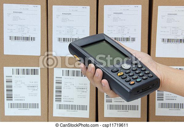 Escaneando cajas con escáner de barras - csp11719611