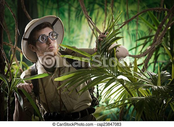 Un joven explorador perdido en la selva - csp23847083