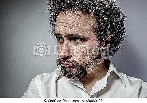 Cara triste, hombre con expresión intensa, camisa blanca - csp20060137
