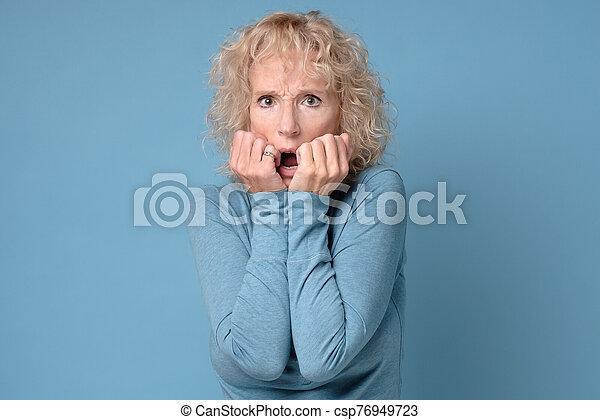 expresión, mujer, ansioso, nervioso, maduro, espantado, tiene, mordeduras, uñas, tacto - csp76949723