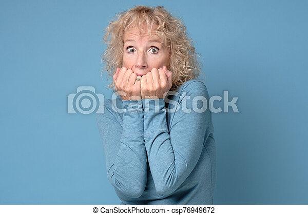 expresión, mujer, ansioso, nervioso, maduro, espantado, tiene, mordeduras, uñas, tacto - csp76949672