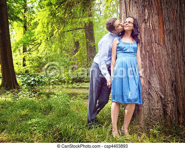 extérieur, romantique coupler, franc, baiser, avoir - csp4403893