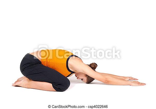 la mujer que hace una niña extendida posa yoga asana una
