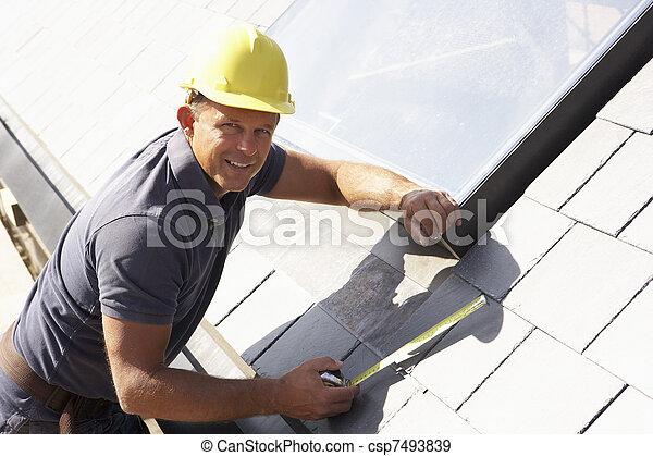 Roofer trabajando en el exterior de la nueva casa - csp7493839