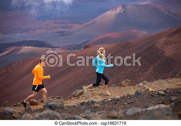 Pareja deportiva de gimnasia corriendo fuera en el sendero - csp16631719
