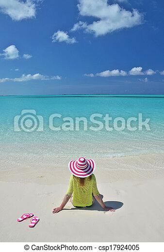 Chica en la playa. Gran exuma, Bahamas - csp17924005