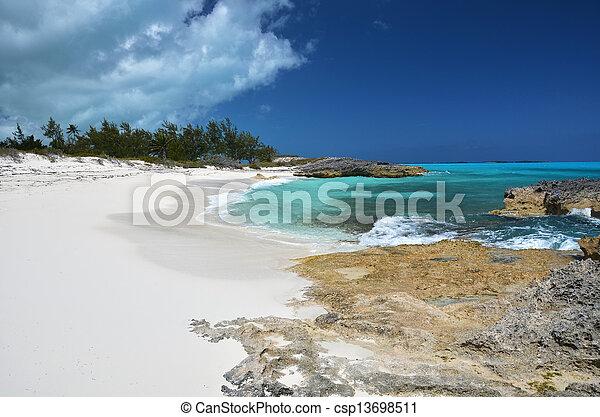 Una playa desierta de pequeños exumas, Bahamas - csp13698511