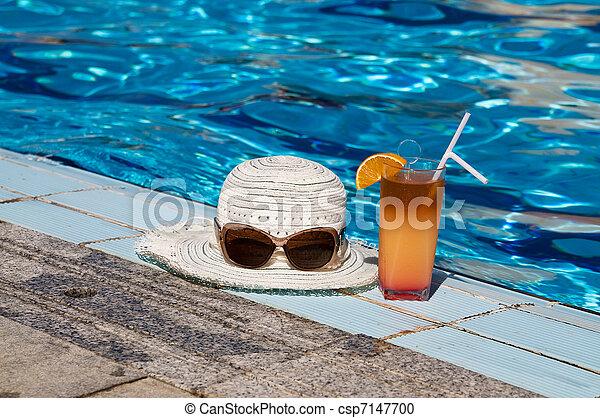 Eyewear,sunhat and tasty cocktail with lemon. - csp7147700