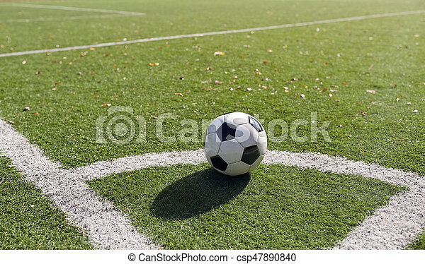 Bola de fútbol en el campo de fútbol - csp47890840