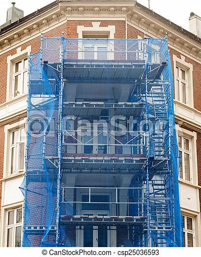 Una fachada de restauración de la vieja casa - csp25036593